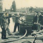 Gebruik van de brandspuit in Sloten.