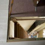 Laddertrap staande tegen de voordeur