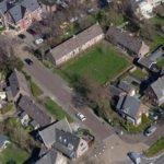 Luchtfoto van het hof met links van dwars door het groen een weg (foto Stadsherstel/Sjors van Dam, 2020).
