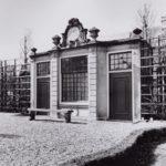 Ook het tuinhuis van buurpand Keizersgracht 585, met beeldhouwwerk van Ignatius van Logteren, kreeg een nieuwe bestemming. Dit rijksmonument kwam in 1920 in de tuin van het Rijksmuseum te staan (foto Stadsarchief Amsterdam, Ino Roëll, 1992)
