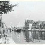 Gravestenenbrug met rechts Spaarne 11. Links daarvan de twee identieke trapgevels van De Olyphant, een andere bierbrouwerij (16e eeuw). Foto F. Tames, 1966, Gemeente Haarlem