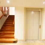 Nieuw gerealiseerd trappenhuis met lift (dit was opgenomen in de reeds uitgegeven vergunning)