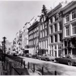 De straat met Sas hotel. Foto: Roël, Ino (1999).