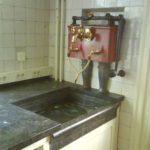 De waterpomp in de keuken is nog aanwezig.
