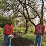 Jongeren van herstelling in de fruitboomgaard.