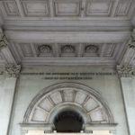 Tekst over Willem II in de onderdoorgang van de poort.