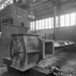 Interieur werkplaats met de houten mal voor de gietijzeren bovenas van de molen.