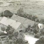 Luchtfoto boerderij Zeehoeve met stal en hooiberg.