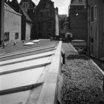 De 1-laagse bebouwing van de drukkerij op de plek van de zinken nieuwbouw. 1974, Stadsarchief