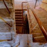 Het trappenhuis voor restauratie.