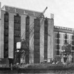 Achterkant Pakhuis de Zwijger achter rond 1934 met hijskranen.