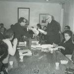 Rechts Elisabeth Klop in Jeruzalem met haar Yad Vashem penning.