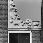 Klauwstukken met fruitmotieven in de top, collectie bureau Monumentenzorg.