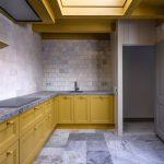 Keuken in het achterhuis is in de gevonden okerkleur geschilderd, Oudezijds Voorburgwal 61