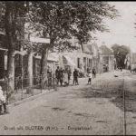 De Dorpsstraat met links achter de boom het politiebureautje. Anno 1918.