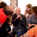 Hans Süskind tijdens Open Joodse Huizen in de woning van zijn overleden oom