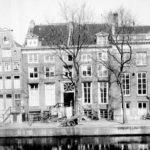Links Nieuwe Herengracht 45.