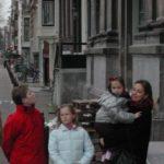 Vrouw en kinderen van Jaap Vermeulen bij de onthulling van de gevelsteen.