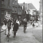 7 februari 1901 norderkerkstraat met rechts de oostzijderkerk en links achteraan nummer 7 met reclame voor manufacturen