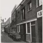 Oudezijds Armsteeg 28, een onderstuk, staat naast het linker hoekpand, ca 1930 kijkend naar de Oudezijds Voorburgwal.