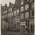 Het pand anno 1916 met een wasserij in de winkelruimte en flesschenmakerij in het souterrain. Foto: Cornelis G. Leenheer (1869-1942)