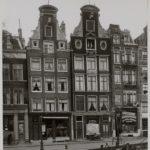 1935, De winkel staat te hier. Te zien is nog de reclame van de Brandsche schoenmakerij en Amstel bier.a