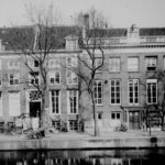 Rechts is een deel van de Nieuwe Herengracht 51 te zien rond 1900