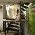 Trappetjes in de woning voor restauratie