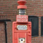 Brandmelder bij het kleinste politiebureautje van Nederland. Foto: Erik Swierstra.