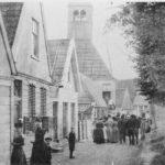 Historische foto Durgerdam met de Kapel van Durgerdam op de achtergrond.