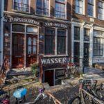 Kerkstraat 328 na restauratie met gevelreclame. Foto: Xander Richters.