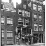 Middenstand in 1911 op 142 een zaak in koloniale waren, boter, kaas en eieren, waar ook nog kamers werden verhuurd. Op 144 de zaak van J.W. Bakker in klompen.