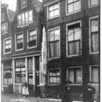 middenstanders Kerkstraat 379, 381, 383 een kapper en café.