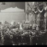 4 1898 de aanbieding van de Gouden Koets. Koningin Wilhelmina aanvaardt de Gouden Koets