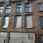 Foeliedwarssstraat 50 met de herplaatste gevelsteen voor restauratie.