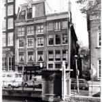 Openbaar toilet in Amsterdamse Schoolstijl bij de Oudezijds Voorburgwal 189