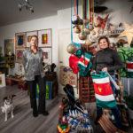 Rechts Suzette Eeltink 2020, toen er, t.b.v. een goed doel, in coronatijd Surinaamse kunst verkocht werd in haar winkel