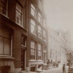 Spinhuissteeg rond 1910, links ons hoekpand nummer 1a
