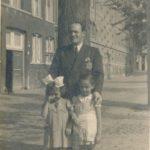 Walter Süskind wandelend over de gracht