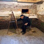 Clemens Merkelbach van Enkhuizen in het souterrain aan het tekenen. Foto Chris Smeenk.