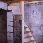 Restanten van de keuken in het achterhuis. Links de snijdingkast en witjes met trap naar zolderkamer.