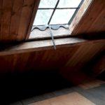 Gietijzeren raam op zolder.
