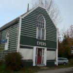 Kerkje met winkelpui, voor restauratie.