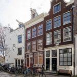 Kerkstraat gevel met De Amstelkerk . Foto: Sjors van Dam (2021).