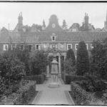 De binnenplaats van het Deutzenhofje kijkend naar de Kerkstraat, Stadsarchief Amsterdam 1930