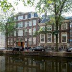 Voormalig hoofdbureau van Politie aan de Oudezijds Voorburgwal, met rechts de Spinhuissteeg