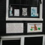 De stenen en huis toen Willy er nog woonde met actiepamfletten op het raam, 2002.