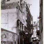 De afgebroken panden Sint Nicolaasstraat 2-4 waar de gevelsteen in zat. (1938)