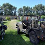 Oude militaire voertuigen op het terrein van Fort aan den Ham.