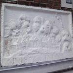 De gevelsteen voor restauratie door Stadsherstel.